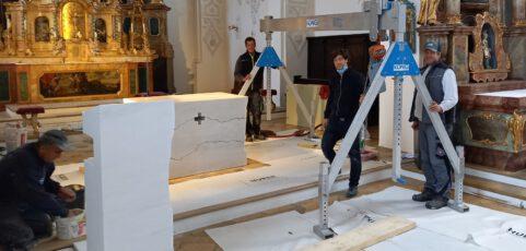 Jetzt stehen der neuen Altar und Ambo in St. Lorenz